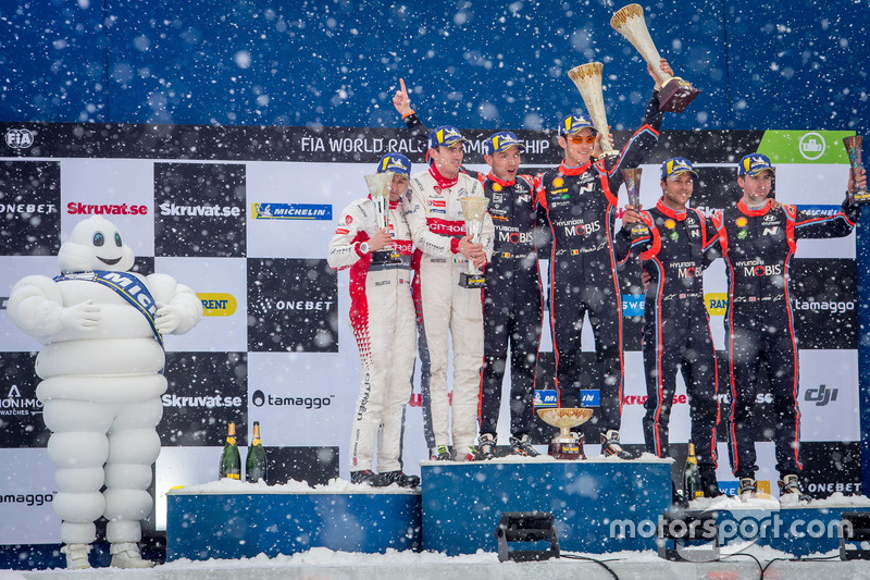 Podio: i vincitori Thierry Neuville, Nicolas Gilsoul, Hyundai Motorsport, al secondo posto Craig Breen, Scott Martin, Citroën World Rally Team, al terzo posto Andreas Mikkelsen, Anders Jäger, Hyundai Motorsport