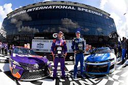 Il poleman Alex Bowman, Hendrick Motorsports, Nationwide Chevrolet Camaro, il secondo qualificato Denny Hamlin, Joe Gibbs Racing, FedEx Express Toyota Camry