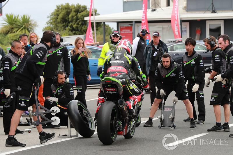 Jonathan Rea, Kawasaki Racing Pirelli tyre change at Phillip
