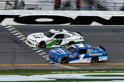 Tyler Reddick, JR Motorsports, BurgerFi Chevrolet Camaro krijgt de vlag
