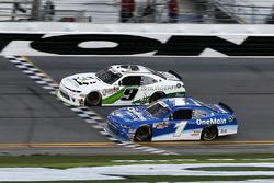 Tyler Reddick, JR Motorsports, BurgerFi Chevrolet Camaro, recibe la bandera de cuadros