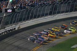 Denny Hamlin, Joe Gibbs Racing Toyota e Aric Almirola, Stewart-Haas Racing Ford Fusion
