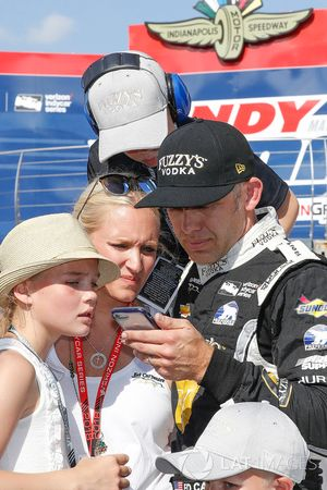 Ed Carpenter, Ed Carpenter Racing Chevrolet watches Helio Castroneves, Team Penske Chevrolet qualifying run with his family