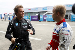 Campeón mundial de Fórmula 1 hablando con Felix Rosenqvist, Mahindra Racing