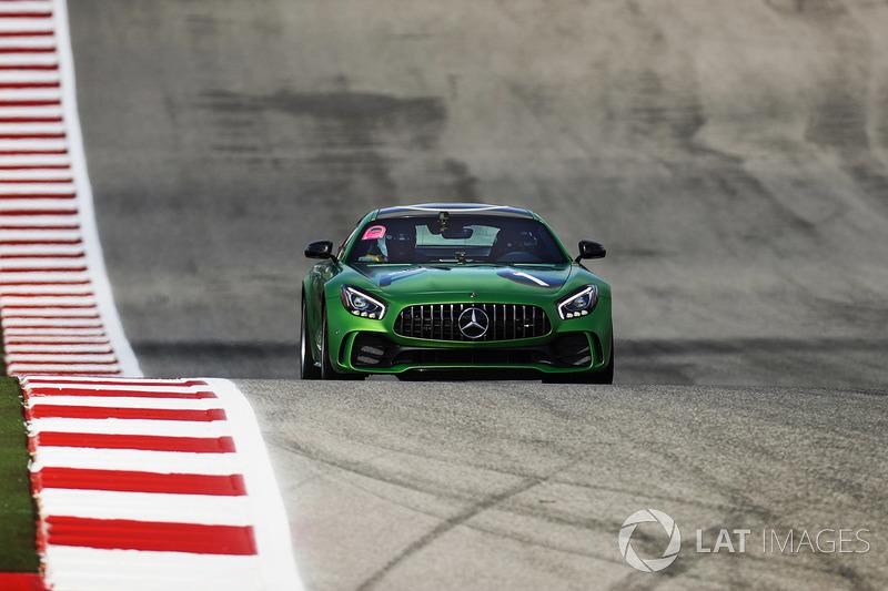 Гонщик Mercedes AMG F1 Льюис Хэмилтон и Усэйн Болт на Mercedes AMG GT R