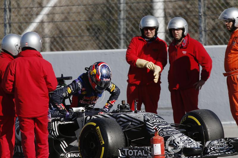 Daniil Kvyat, Red Bull Racing RB11 detenido en pista