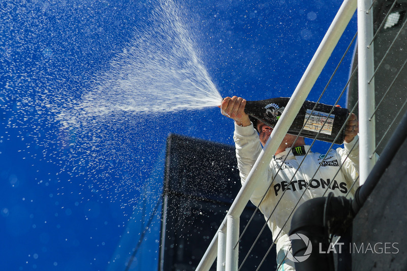 Segundo lugar Valtteri Bottas, Mercedes AMG F1 que se celebra en el podio con champán