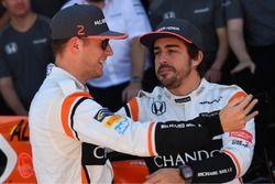 Stoffel Vandoorne, McLaren y Fernando Alonso, McLaren en la foto oficial de McLaren Team