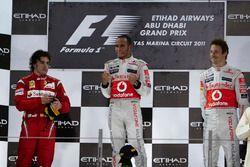 Подиум: второе место – Фернандо Алонсо, Ferrari, победитель гонки Льюис Хэмилтон, McLaren, третье ме