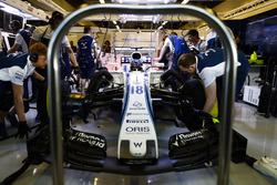 Les mécaniciens travaillent sur la voiture de Lance Stroll, Williams FW40