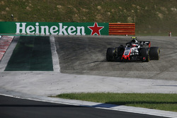 Kevin Magnussen, Haas F1 Team VF-18 runs wide