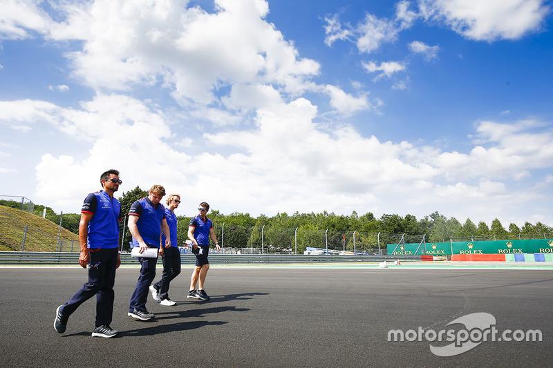 Brendon Hartley, Toro Rosso, cammina lungo il circuito con il suo team