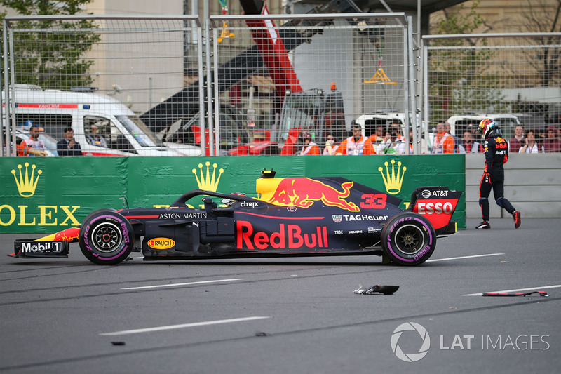 El coche accidentado de Max Verstappen, Red Bull Racing RB14
