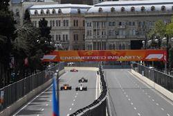 Fernando Alonso, McLaren MCL33 et Marcus Ericsson, Sauber C37