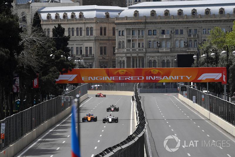 Fernando Alonso, McLaren MCL33 y Marcus Ericsson, Sauber C37
