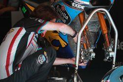 Mechanic of Franco Morbidelli, Estrella Galicia 0,0 Marc VDS