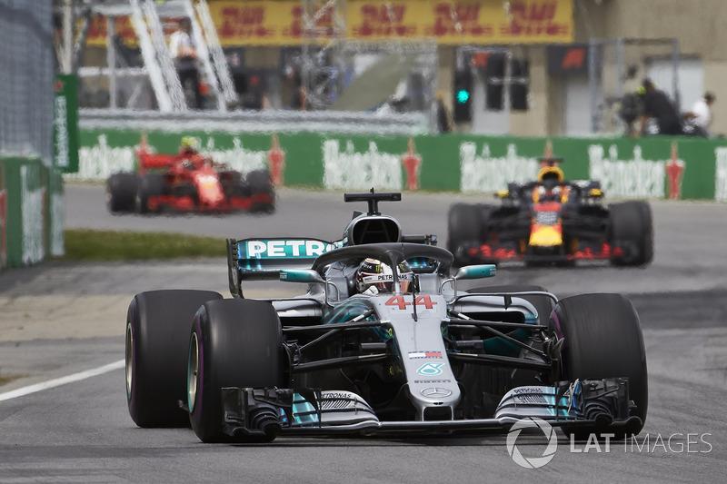 Lewis Hamilton, Mercedes AMG F1 W09, precede Daniel Ricciardo, Red Bull Racing RB14