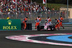 Les commissaires dégagent la voiture d'Esteban Ocon, Force India VJM11