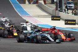 Valtteri Bottas, Mercedes AMG F1 W09, batallas con Sebastian Vettel, Ferrari SF71H, al comienzo