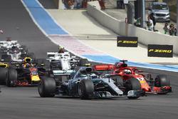 Valtteri Bottas, Mercedes AMG F1 W09, battles with Sebastian Vettel, Ferrari SF71H, at the start