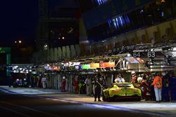 #95 Aston Martin Racing Aston Martin Vantage AMR: Marco Sorensen, Nicki Thiim, Darren Turner, pit stop