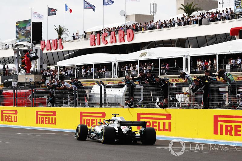 Lewis Hamilton, Mercedes AMG F1, se lleva la bandera a cuadros