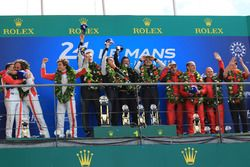 LMGTE Am podium: winnaars Christian Ried, Julien Andlauer, Matt Campbell, Proton Competition, tweede plaats Thomas Flohr, Francesco Castellacci, Giancarlo Fisichella, Spirit of Race, derde plaats #85 Ben Keating, Jeroen Bleekemolen, Luca Stolz, Keating Motorsports