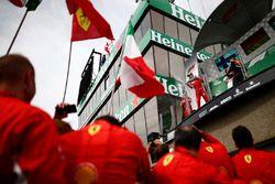 Sebastian Vettel, Ferrari, 1° classificato, e Max Verstappen, Red Bull Racing, 3° classificato, spruzzano lo Champagne sul podio