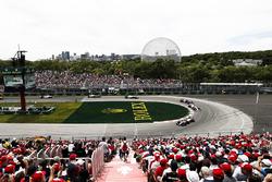 Kevin Magnussen, Haas F1 Team VF-18, por delante de Sergio Perez, Force India VJM11, y Pierre Gasly, Toro Rosso