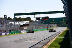 Daniel Ricciardo, Red Bull Racing RB14 Tag Heuer, pasa a Pierre Gasly, Toro Rosso STR13 Honda