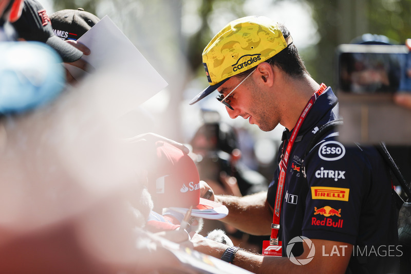Daniel Ricciardo, Red Bull Racing, signs autographs