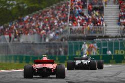 Lewis Hamilton, Mercedes AMG F1 W09, voor Kimi Raikkonen, Ferrari SF71H