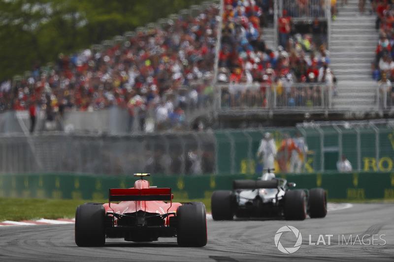 Lewis Hamilton, Mercedes AMG F1 W09, precede Kimi Raikkonen, Ferrari SF71H