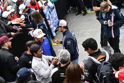 Sergio Perez, Force India, signe des autographes