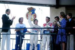 Een uitgeputte winnaar Gilles Villeneuve, Ferrari, met Jaques Laffite, Ligier en John Watson, McLaren
