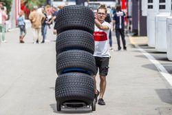 Sauber monteur met Pirelli-banden