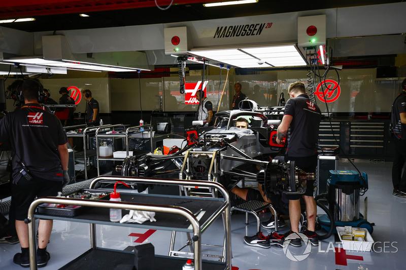 Personale Haas al lavoro nel garage del team