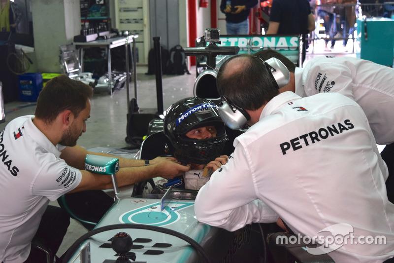 Aldo Costa, responsabile Progetto e Sviluppo Mercedes AMG F1, a colloquio con i tecnici prima del giro di pista