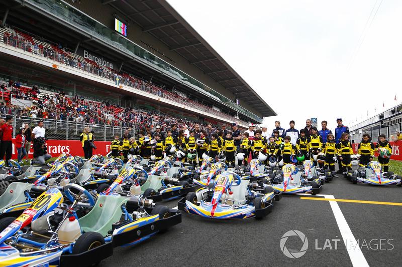 Jóvenes pilotos de kart apoyados por el RACC, el club de autos más grande de España, posan con Lewis Hamilton, Mercedes AMG F1, Fernando Alonso, McLaren, Daniel Ricciardo, Red Bull Racing, Marcus Ericsson, Sauber, Kevin Magnussen, Haas F1 Team, Romain Gros