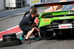 Reifenschaden bei #63 ORANGE1 by GRT Grasser Lamborghini Huracán GT3: Andrea Caldarelli, Mirko Bortolotti