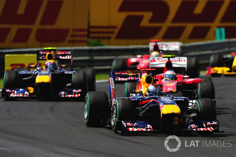 Sebastian Vettel, Red Bull Racing RB6 delante de Fernando Alonso, Ferrari F10 y Mark Webber, Red Bull Racing RB6
