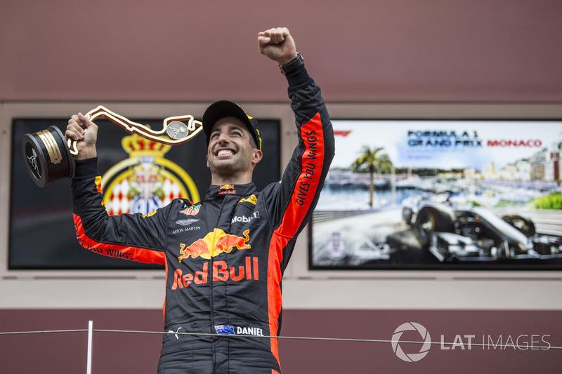El ganador de la carrera Daniel Ricciardo, Red Bull Racing celebra en el podio con el trofeo