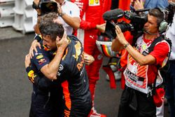 El ganador de la carrera, Daniel Ricciardo, Red Bull Racing y Christian Horner, director del equipo, Red Bull Racing, celebran en el Parc Ferme