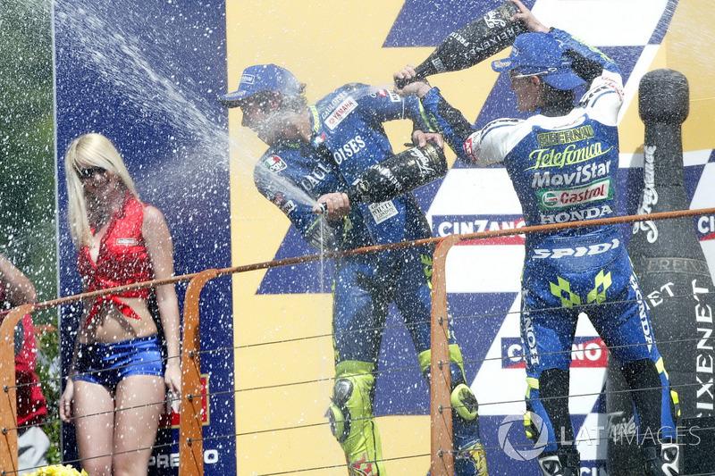 Podio: 1º Valentino Rossi, 2º Sete Gibernau, 3º Max Biaggi