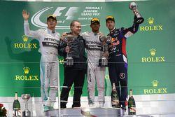 Нико Росберг, Питер Ходжкинсон, победитель Льюис Хэмилтон, Mercedes AMG F1, и Даниэль Риккардо, Red Bull Racing