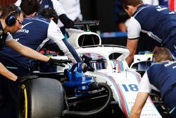 Lance Stroll, Williams Racing, es empujado a su pozo por la mecánica