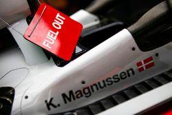 Un panneaude sortie de carburant sur la VF-18 Ferrari de Kevin Magnussen, Haas F1 Team