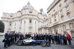 Групове фото з папою Франциском, Алехандро Агагом, генеральним директором Формули E
