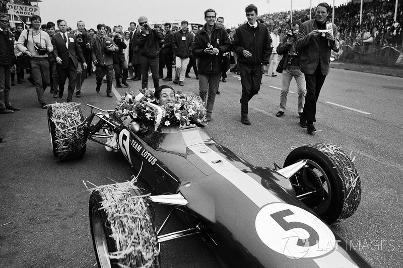 Zandvoort 1967: Winnaar Jim Clark met de krans in de auto