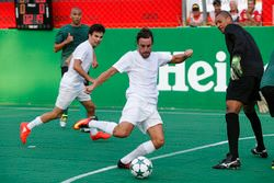 Fernando Alonso, McLaren plays football